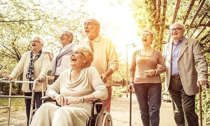 file anziani camminata